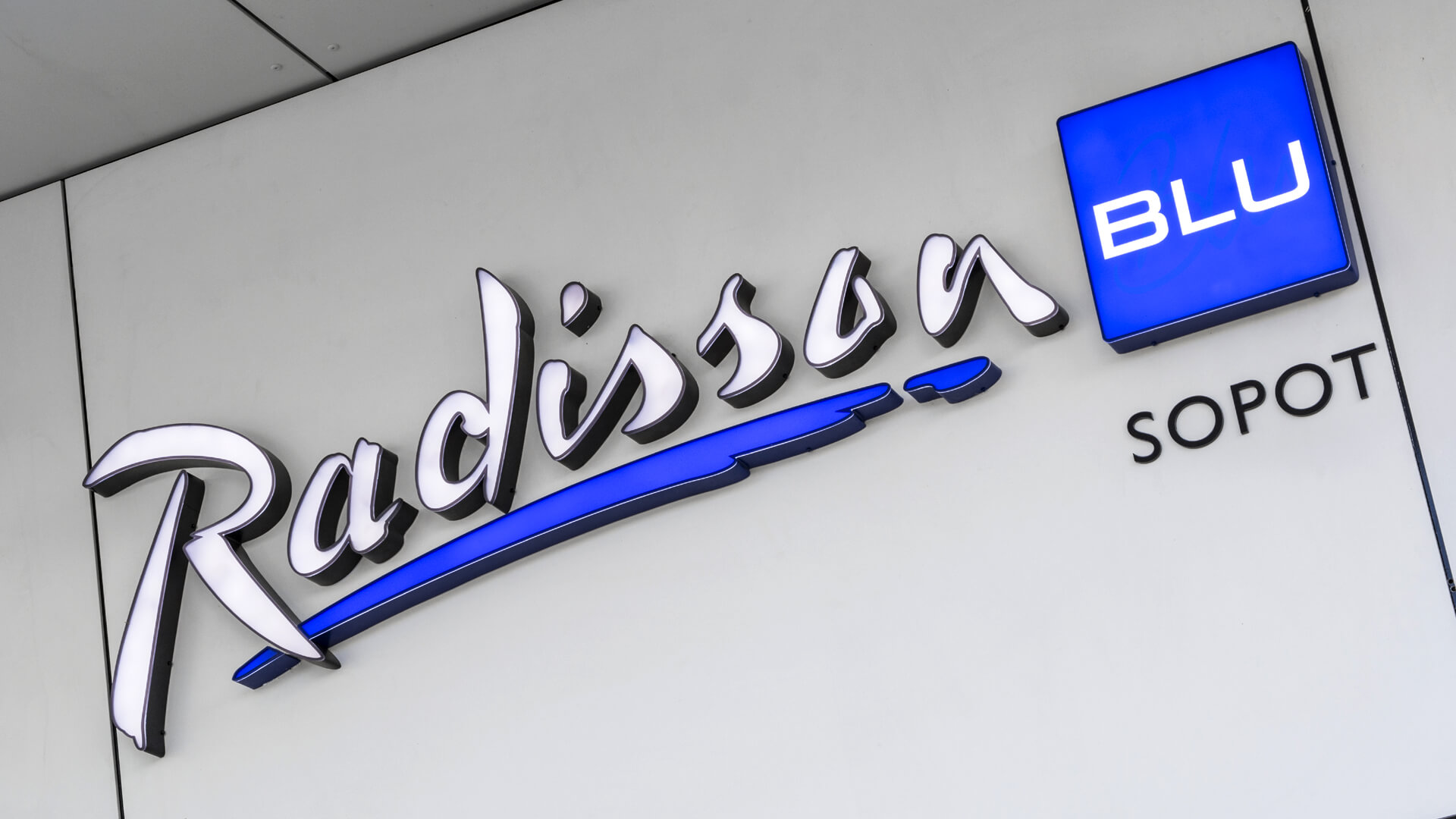 radisson-litery-3d-led - litery-3d-przy-wejsciu-led-letters-logo-radison-poland-sopot-3d-chanel-letters